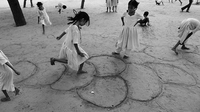 bimbi una volta 800px-Girls_playing_hopskotch_in_Gandhi's_Sabarmati_Ashram,_Gujarat,_India